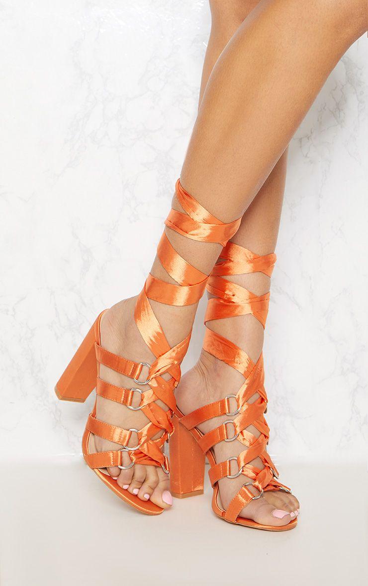 Sandales oranges à gros talons et rubans à enrouler