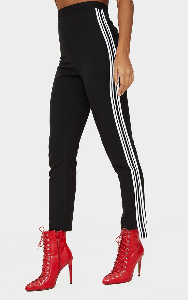 pantalon cintr noir avec bandes blanches pantalons. Black Bedroom Furniture Sets. Home Design Ideas