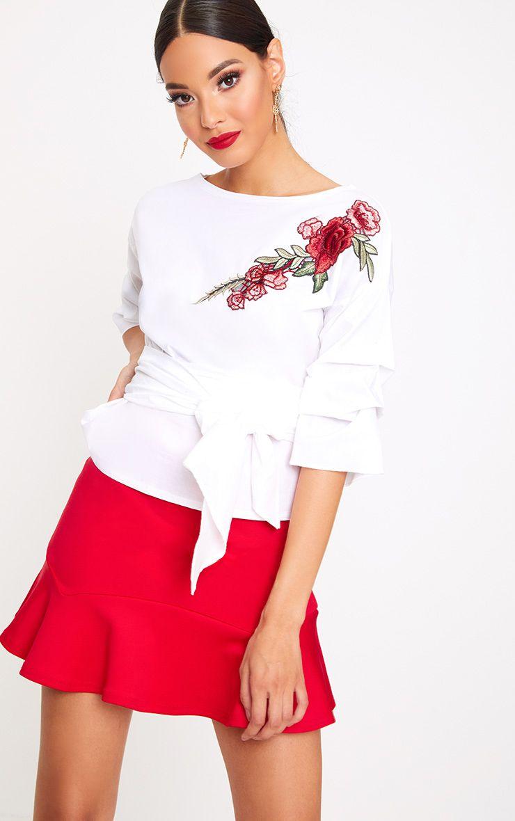 Chemise blanche à manches froncées et volantées avec motif appliqué