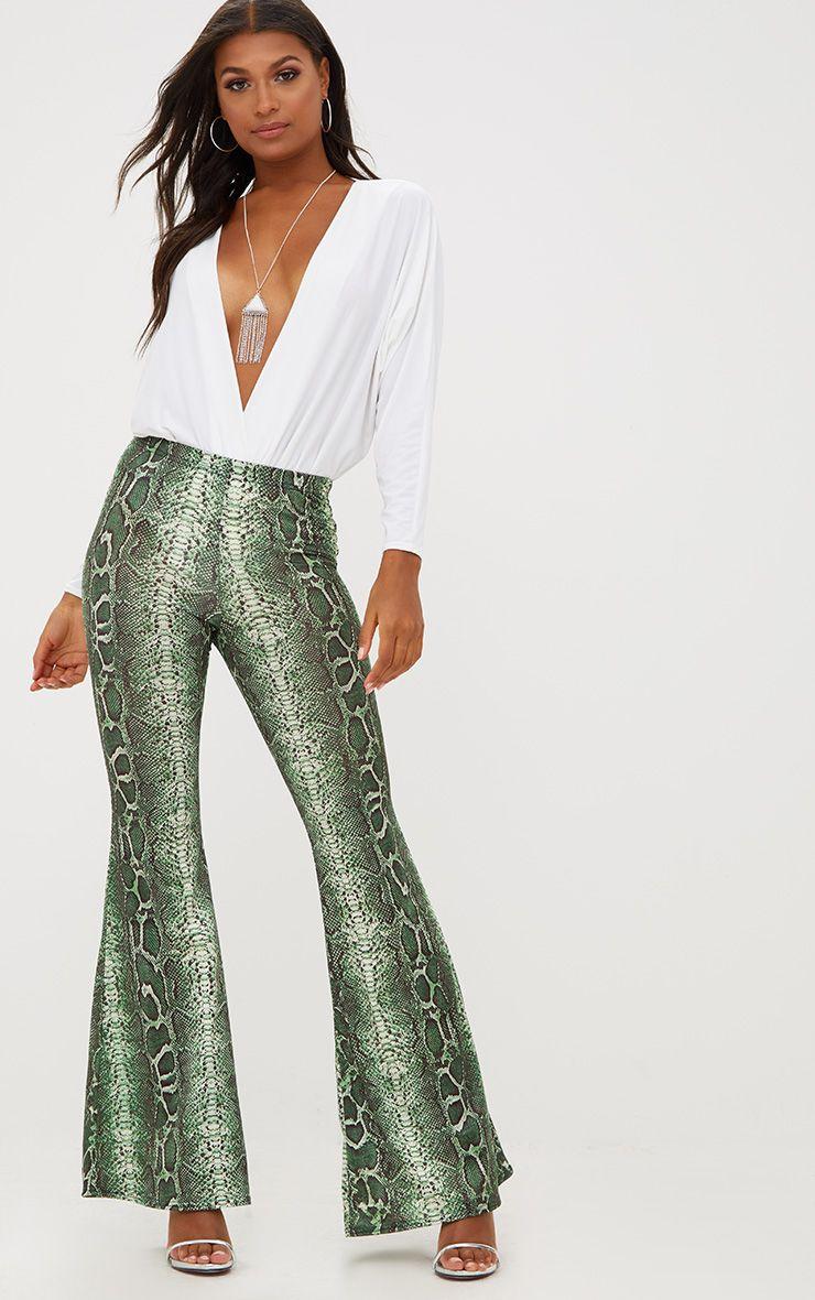 Pantalon moulant évasé imprimé serpent vert forêt