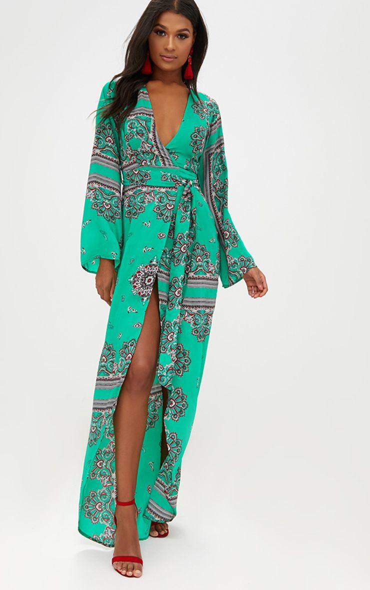 Robe maxi kimono en satin vert vif et imprimé