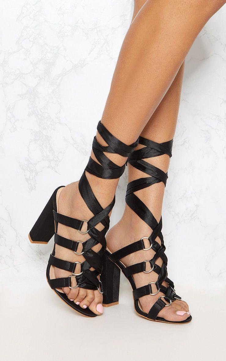 Sandales noires à gros talons et rubans à enrouler