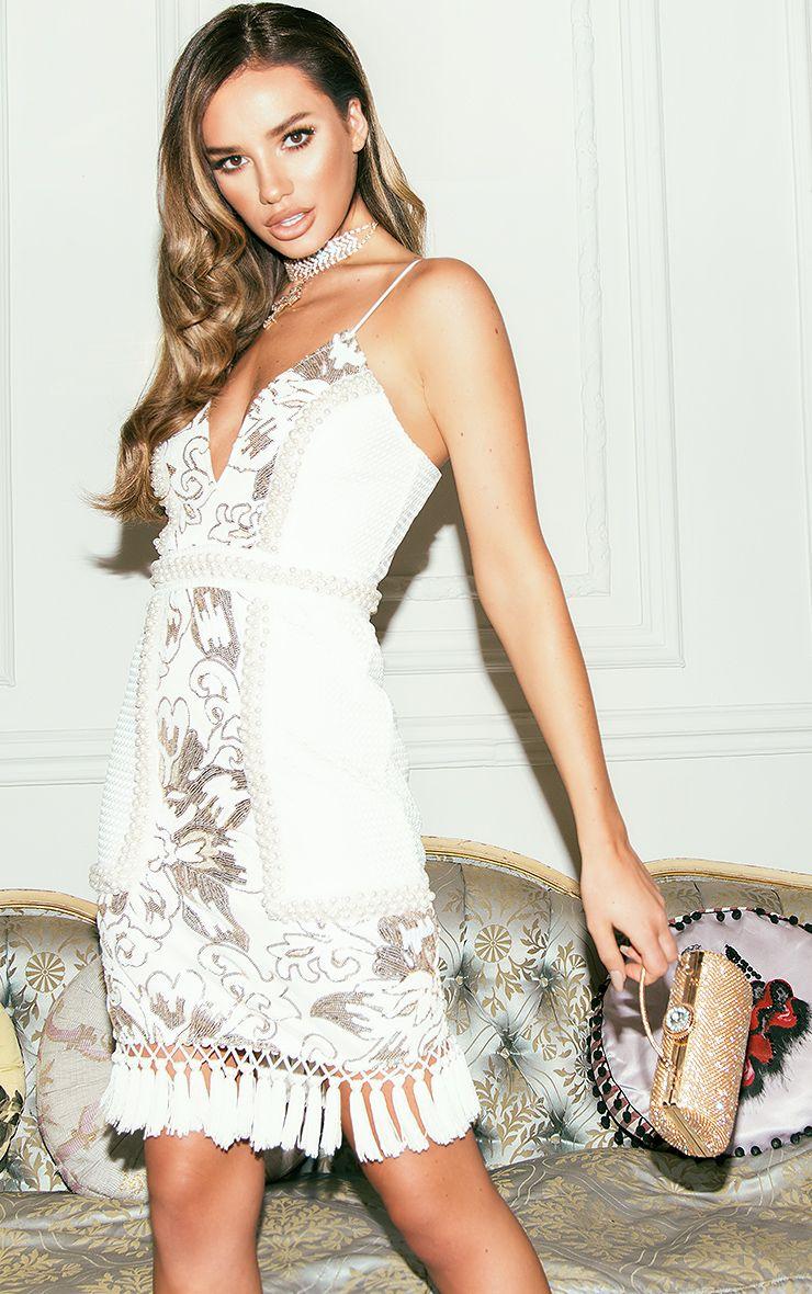 Ana Premium robe mini blanche à bretelles et décolleté plongeant avec pompons et sequins