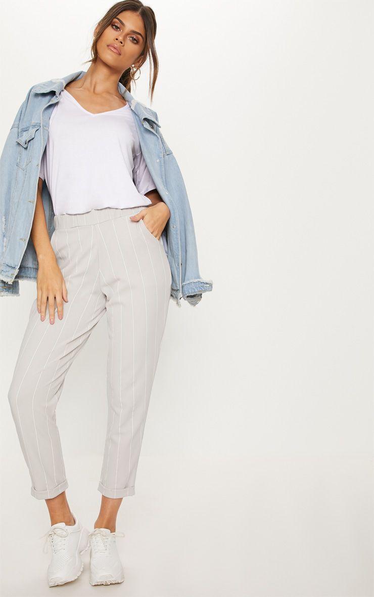 Pantalon gris en crêpe à rayures fines et revers
