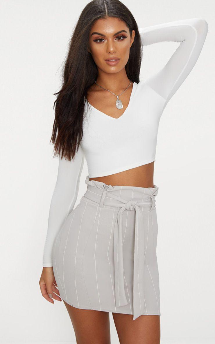 Mini-jupe grise à fine rayures et attache à la taille