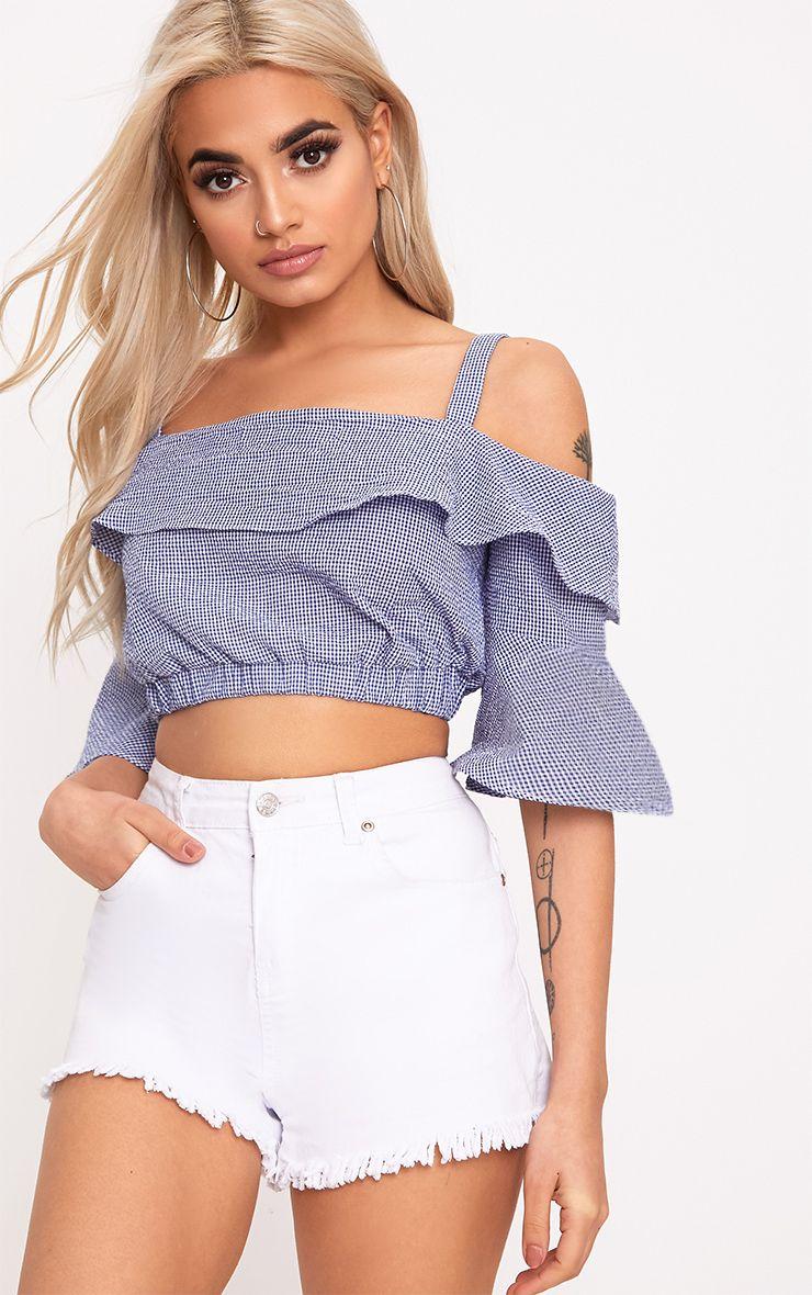 Chemise courte bleue à carreaux vichy et épaules dénudées