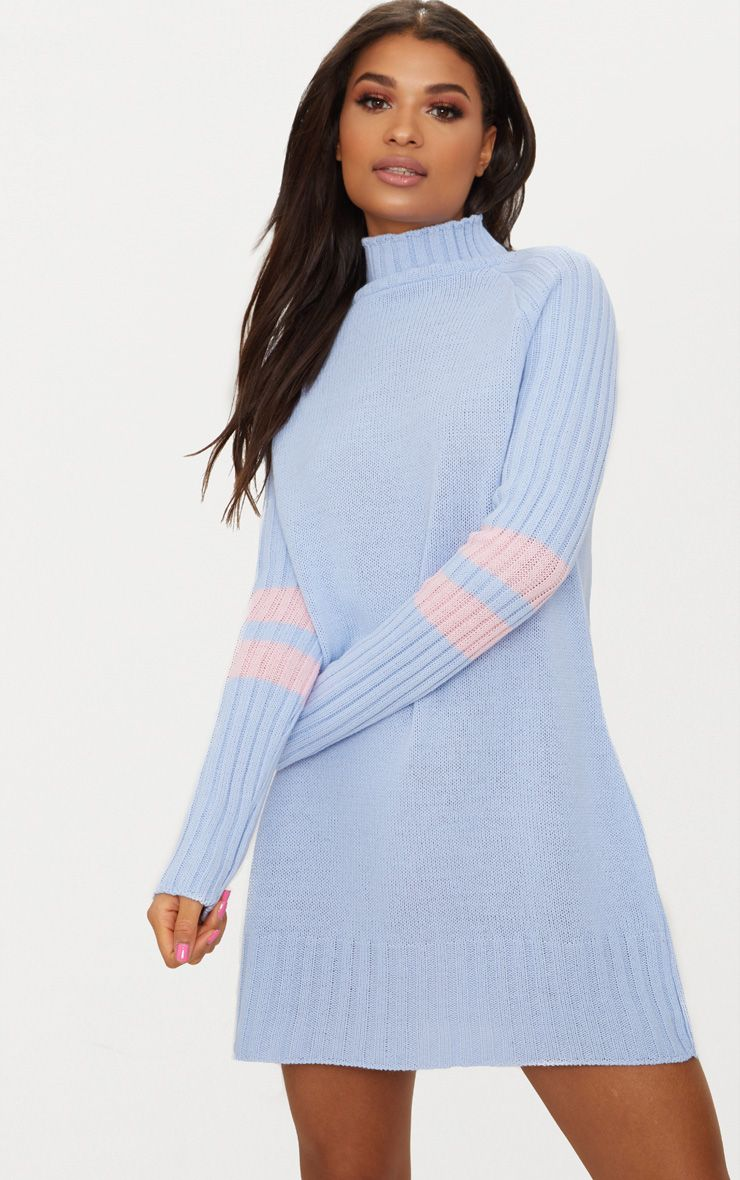 Robe bleu pâle à col haut et bandes sportives 1