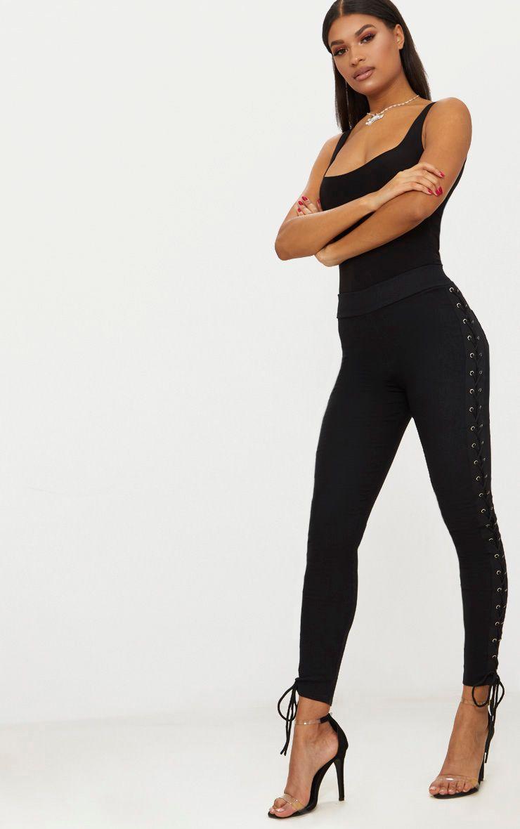 Pantalon noir à oeillets et laçages